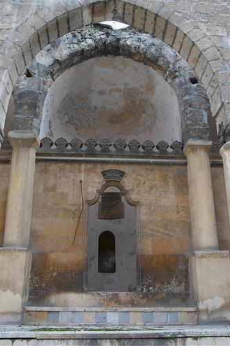 Die verbrannten und beschädigten Überreste der Großen Synagoge in Aleppo (Syrien), einer von 18 Synagogen, die Angreifer Ende 1947 attackierten, was die Hälfte der jüdischen Gemeinde zur Flucht veranlasste. Es ist nicht bekannt, ob die Stätte im syrischen Bürgerkrieg weiter beschädigt wurde.