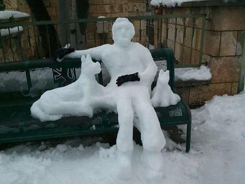 schnee-Mann-mit-Hund