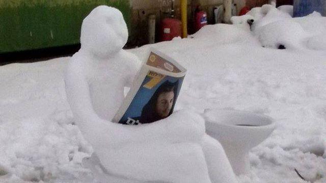 Schnee-Zeitungsleser