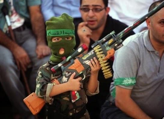 Szene aus einer Hamas-Veranstaltung in Nablus, 29.08.2014 (http://thisongoingwar.blogspot.de/2014/10/1-oct-14-gazas-rockets-and-how.html?utm_source=feedburner&utm_medium=feed&utm_campaign=Feed:+blogspot/jNPo+%28This+Ongoing+War%29&utm_content=Bloglines)