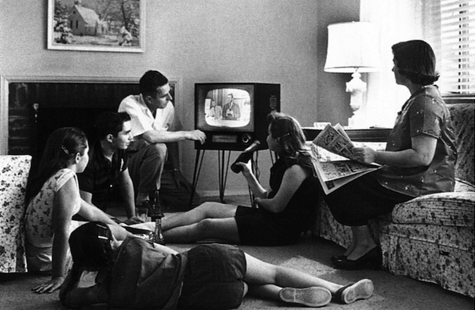 9xIsrael04_Family_watching_television