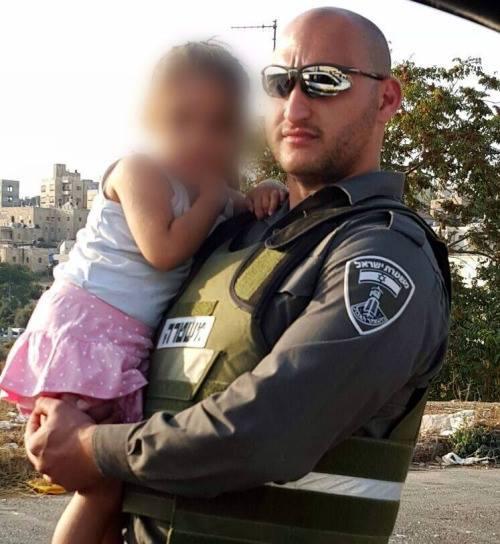Polizist-hilft-arabermädchen